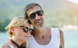 一起摆在愉快地结婚的中年的夫妇 免版税库存照片