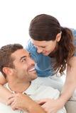 一起放松一对愉快的夫妇的纵向 免版税库存图片