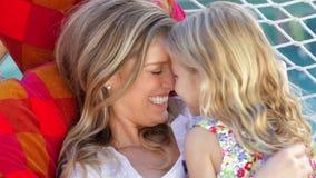 一起放松在庭院吊床的母亲和女儿 股票录像