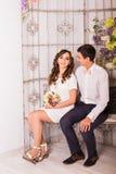 一起放松在沙发的年轻夫妇在家 图库摄影