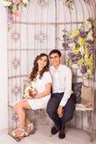 一起放松在沙发的年轻夫妇在家 库存照片