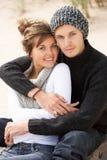 一起放松浪漫年轻人的海滩夫妇 库存照片