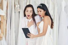一起新娘和裁缝惊奇,当看taplet时 免版税图库摄影