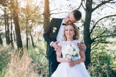 一起新郎和新娘 夫妇领巾水晶珠宝附加婚礼 免版税图库摄影