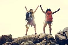 一起旅行在兴奋的女性朋友 免版税库存图片