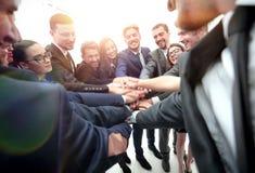 一起显示团结用他们的手的大企业队 免版税库存图片