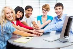一起显示团结用他们的手的学生 免版税图库摄影