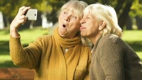 一起显示在手机,selfie应用程序,幸福时光的愉快的老妇人鬼脸 影视素材