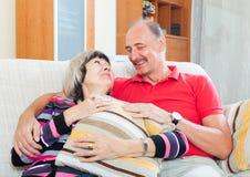 一起普通的成熟夫妇 免版税库存图片
