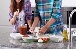 一起朋友在厨房里 免版税库存图片