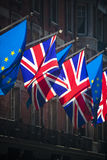 一起欧盟和英国旗子在晴天 库存图片