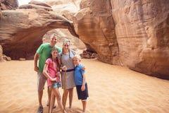 一起步行和观光在拱门国家公园的家庭 图库摄影