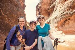 一起步行在一个红色岩石峡谷的妇女 免版税库存图片