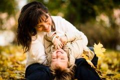 一起母亲和孩子在秋天时间 免版税库存图片