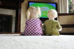 一起注意儿童的televison 免版税库存图片