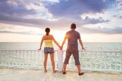 一起注意在海洋的日落 免版税库存照片