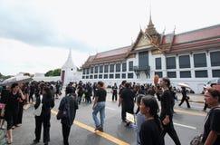 一起泰国人送葬者的运动在曼谷玉佛寺的路2016年10月22日 免版税库存图片
