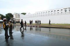 一起泰国人送葬者的运动在曼谷玉佛寺的路2016年10月22日 库存图片