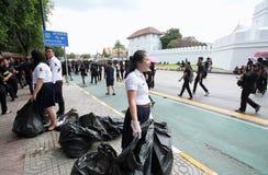 一起泰国人送葬者的运动志愿者在曼谷玉佛寺的路2016年10月22日 免版税库存照片