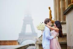 一起浪漫夫妇在巴黎 库存照片