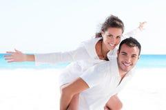 一起海滩夫妇年轻人 免版税库存照片