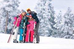 一起滑雪在山的家庭 图库摄影