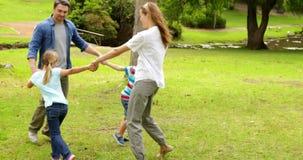 一起演奏圆环的愉快的家庭一rosie在公园 股票视频