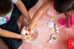 一起演奏在地板上的孩子玩具 库存照片