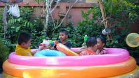 一起演奏水枪的孩子在小家伙的水池 影视素材