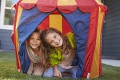 一起演奏里面帐篷的两个孩子在庭院里 免版税图库摄影