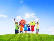 一起演奏风筝的小组孩子 免版税库存照片