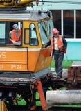 一起火车司机和铁路工作者 免版税库存照片