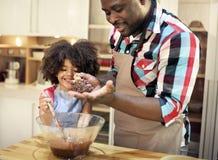 一起烘烤在厨房里的家庭 免版税库存照片