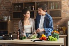 一起烹调健康食物的愉快的夫妇 库存图片