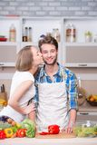 一起烹调在厨房里的年轻夫妇 免版税库存照片