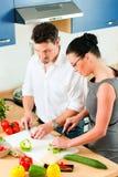 一起烹调夫妇厨房 免版税库存照片