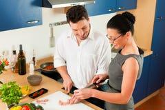 一起烹调夫妇厨房 免版税图库摄影