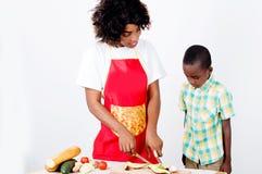 一起烹调少妇和她的孩子 图库摄影