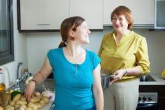一起烹调愉快的妇女在厨房里 库存图片