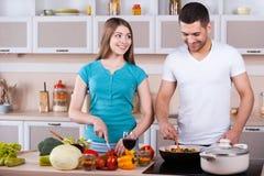 一起烹调的夫妇。 免版税图库摄影
