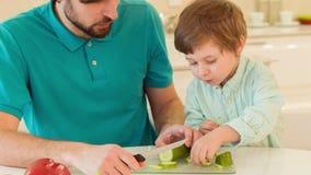 一起烹调的爸爸和的儿子 影视素材