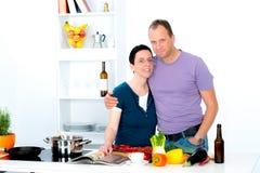 一起烹调的男人和的妇女 库存图片
