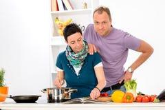 一起烹调的男人和的妇女 免版税库存图片