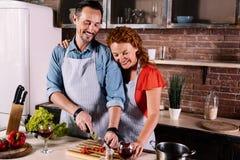 一起烹调的妻子和的丈夫 免版税图库摄影