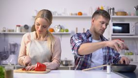 一起烹调菜,健康营养,幸福时光的年轻素食主义者夫妇 股票视频