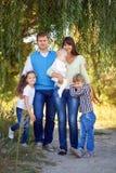 一起父亲、母亲、儿子、女儿和婴孩 免版税图库摄影