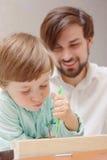 一起父亲和儿子修建 免版税库存照片
