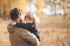 一起生和他的小女儿在领域 图库摄影