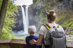 一起看在远足的家庭风景瀑布 库存图片