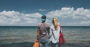 一起看海朋友旅行假日冒险概念的男人和妇女 库存图片